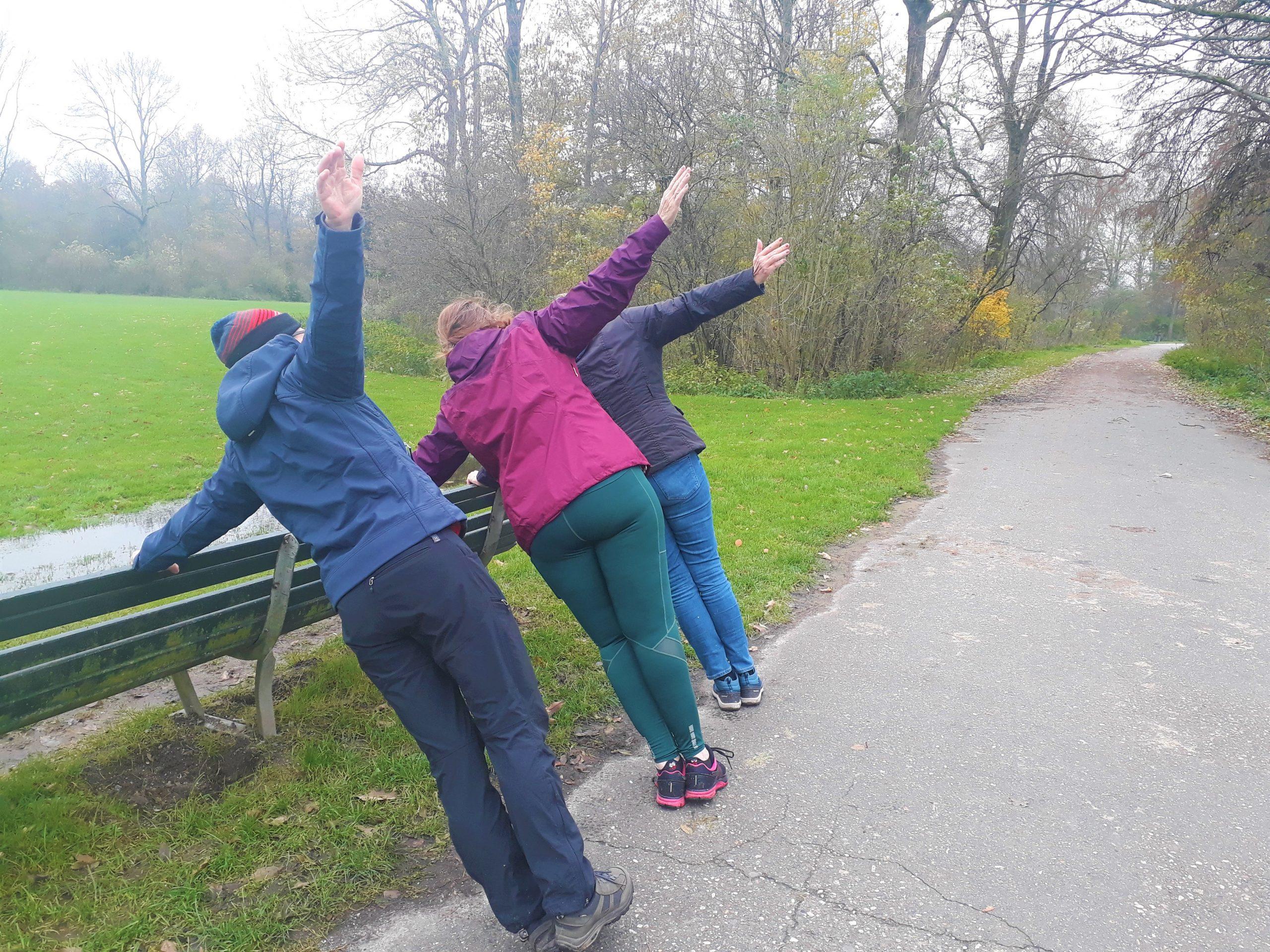 Naast wandelen doen we ook oefeningen. Hier de zijwaartse plank. FitStap Amsterdam, MindWalker,